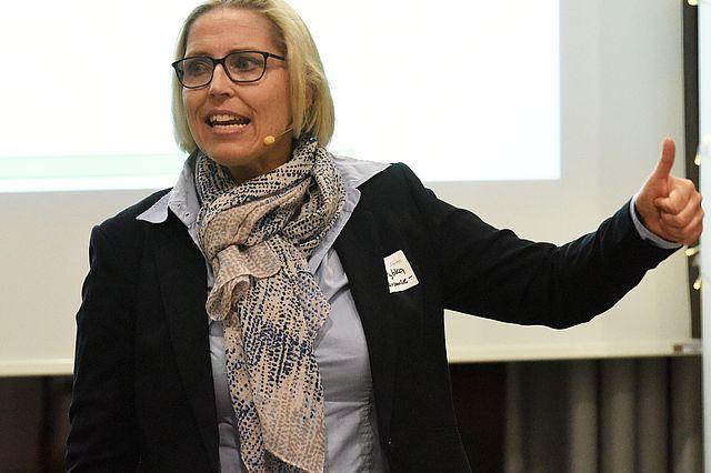 Studentin Maja Rybka (Zahnmedizin, 7. Semester) aktiviert die Zuschauer in der Pause.