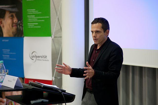 """Professor Dr. Joachim Zweynert begrüßt die Teilnehmerinnen und Teilnehmer der """"2nd Witten Conference on Institutional Change"""""""