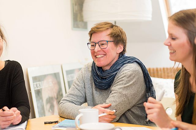 Studiengangsleiterin Prof. Sabine Metzing mit Studierenden der UW/H im Department für Pflegewissenschaft