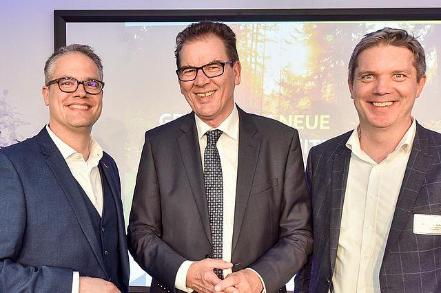 Bundesminister Müller, eingerahmt von den ZNU-Gründern Dr. Axel Kölle (l.) sowie Dr. Christian Geßner. Foto: ZNU