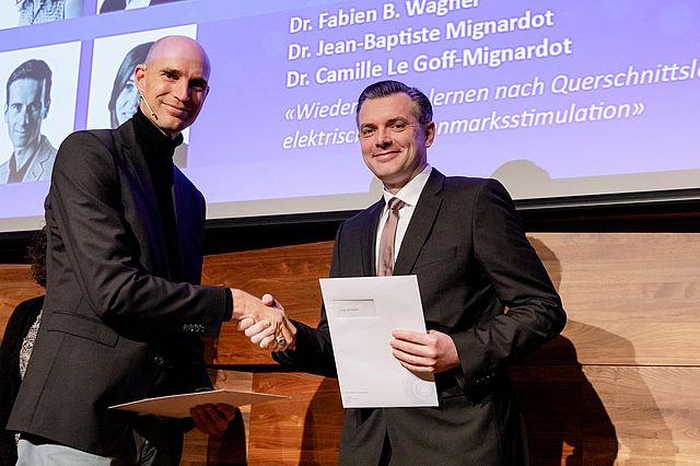 Prof. Olaf Blanke, Vize-Präsident der Stiftung Pfizer (l.), mit Dr. Ulf Kallweit bei der Preisverleihung
