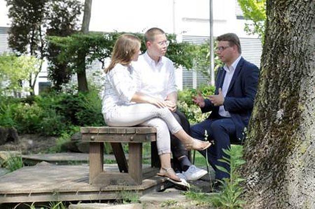 Dilara Wiemann mit Prof. Guido Möllering und Dr. Maximilian Heimstädt