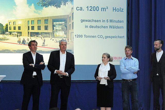 Bei der Präsentation (v.l.n.r.): Prof. Dr. Martin Butzlaff (Präsident der UW/H), Jan-Peter Nonnenkamp (Kanzler der UW/H), Julika Franke (UW/H), Anders Übelhack (ZÜBLIN Timber GmbH), Markus Lager (Architekturbüro Kaden+Lager GmbH)