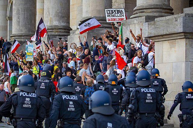 Demonstrierende und Polizei am Reichstag (Jean-Marc Wiesner via www.imago-images.de)
