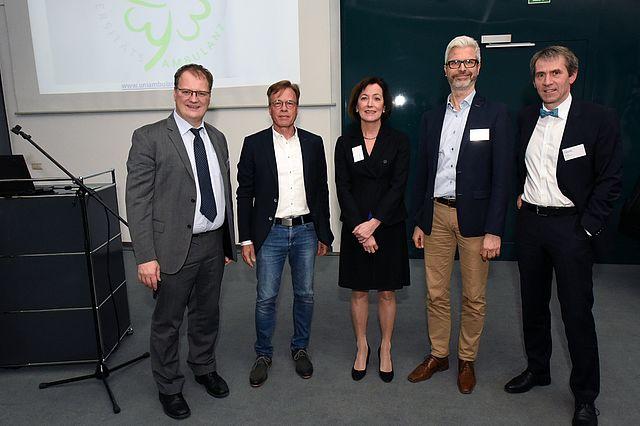 Landrat Olaf Schade, Dr. Arne Meinshausen (Mitglied des Vorstandes der Ärztlichen Qualitätsgemeinschaft Witten (ÄQW), Wittens Bürgermeisterin Sonja Leidemann, Ambulanzleiter Prof. Dr. Tobias Esch und UW/H-Präsident Prof. Dr. Martin Butzlaff (v.l.)