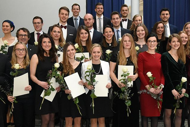 Die Absolventinnen und Absolventen der Zahnmedizin an der Universität Witten/Herdecke 2018 (Foto: Appelhans)