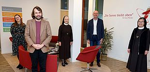v.l.: Anika Hagedorn (wissenschaftliche Mitarbeiterin), Dominique Autschbach (wissenschaftlicher Mitarbeiter), Schwester M. Raphaela vom Hofe und Andreas Cramer (Geschäftsführung) sowie Schwester M. Angela Benoit (Provinzoberin)