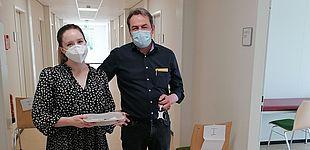 Studentin Mareike Djuren und Betriebsarzt Dr. Castillo in der Impfstelle an der UW/H. (Foto: Richard Vater)