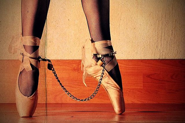 """""""Dancing in chains: Creative practices in/of organizations"""""""