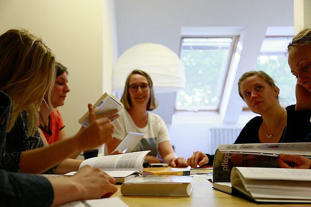 Studierende im Seminar der Pflegewissenschaft