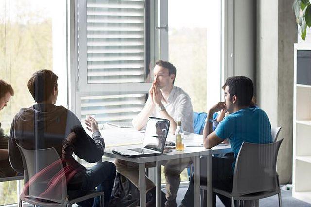 Im nicht-konsekutiven Master General Management sind BWL und Unternehmertum ein Schwerpunkt. So holen Studierende aus fachfremden Studiengängen BWL-Kenntnisse auf.