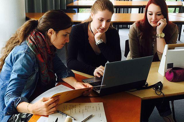 "Studierende im Seminar ""Transmediales Storytelling"" (Foto: Ulrike Küchler)"