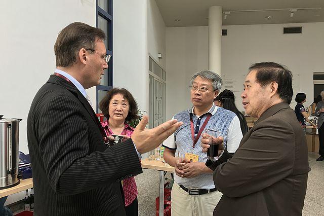 Networking: UW/H-Forscher Prof. Martin Woesler im Gespräch mit Prof. Shi Ling (Shandong Normal Universität), Prof. Jing Xiadong (Hubei Normal Universität), Prof. Xu Zifang (Südost-Universität) auf der Tagung 2018 (v.l.).