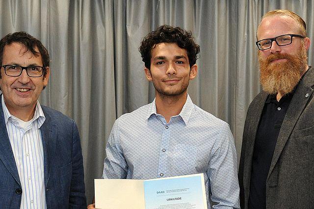 Jim Issa bei der Überreichung der Urkunde mit Prof. Dr. Stefan Zimmer (l.) und UW/H-Vizepräsident Jan Ehlers