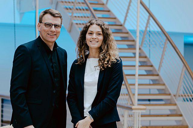 Strategie und Organisation Studiengangsverantwortlicher Prof. Dr. Guido Möllering und Absolventin Gitta Neuhaus-Galladé