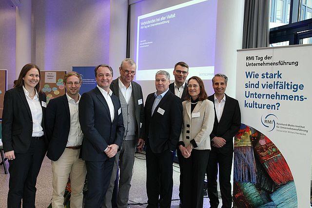 Gruppenbild der Referenten am Tag der Unternehmensführung