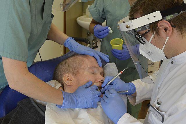 Dr. Peter Schmidt bei der Behandlung eines Bewohners im Haus Bethanien der Ev. Stiftung Volmarstein (Foto: Thomas Urban, esv)