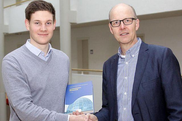 Professor Sauerland vergibt den Buchpreis an Simon Koopmann