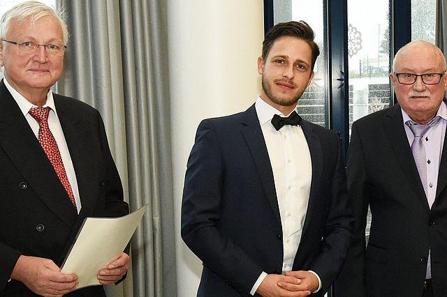 vlnr.: Der Vorsitzende der Fördergemeinschaft Zahnmedizin, Dr. Arnold Paul, Dr. Fabian Schiml und Prof. Dr. Wolfgang Arnold