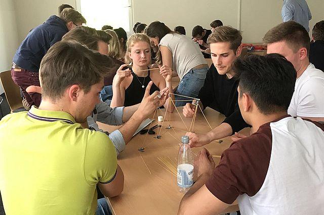 "Marshmallow Challenge im Kurs ""Digital Medicine - how data will change the way we treat"""