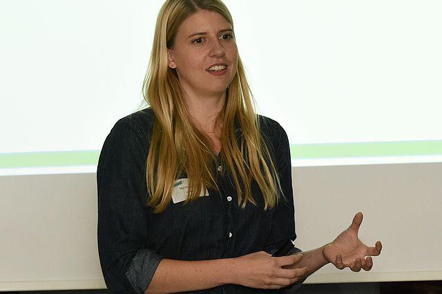 Maria Driesel, die Gewinnerin des 2. Platzes und des Publikumspreises stellt ihr Pathologielabor-Startup inveox vor.