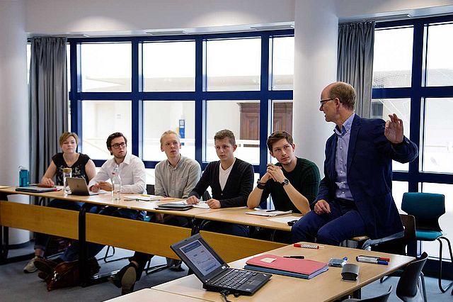 Seminar in der Wirtschaftswissenschaft an der Universität Witten/Herdecke mit Prof. Dirk Sauerland