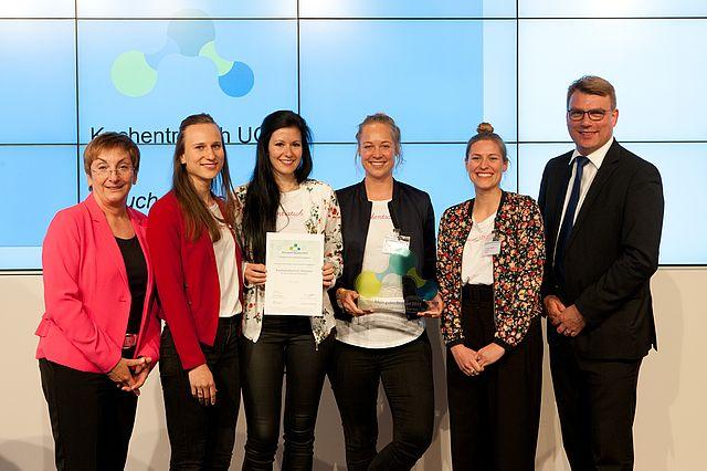 Das Team Kuchentratsch mit Birgit Riess (Director Programm Unternehmen in der Gesellschaft, l.) und Prof. Dr. Guido Möllering (r.)