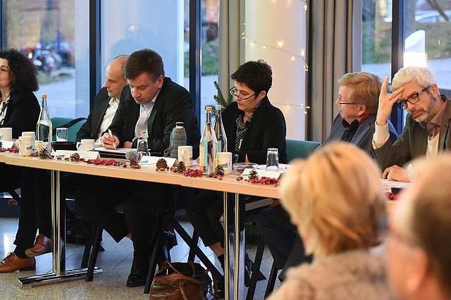 Die hochkarätig besetzte Fachjury (v.l.n.r.: Prof. Dr. Sabine Bohnet-Joschko, Tobias Sasse, Stephan Kohorst, Barbara Steffens, Andreas Westerfellhaus, Prof. Dr. Tobias Esch)