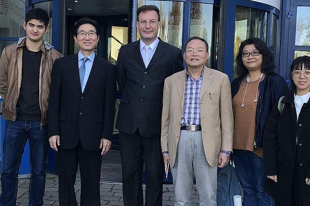 Von links nach rechts: Teesono Liaonan (Reisebegleiter), Prof. Amamura Yuiji (Fukuoka International Universität, Vorsitzender Isei-Institut), Prof. Martin Woesler (UW/H), Prof. Xu Shiyi (Schanghai Normal Universität), Prof. Amamura Kai (Nishinihon Short-term Universität,Forscherin an der Huadong Normal Universität, Direktorin Isei-Institut), Chang Ting-Ya (Chinesisch-Dozentin UW/H)