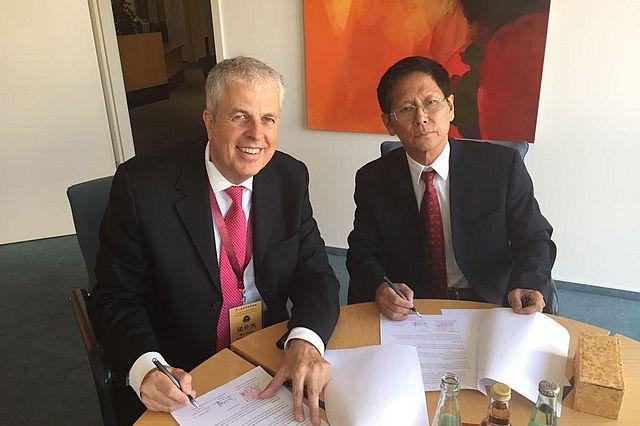 Partnerschaft: UW/H Kanzler Jan Peter Nonnenkamp (links) und Weltverbands-Vorsitzender Mu Zhai besiegeln die China-Kooperation