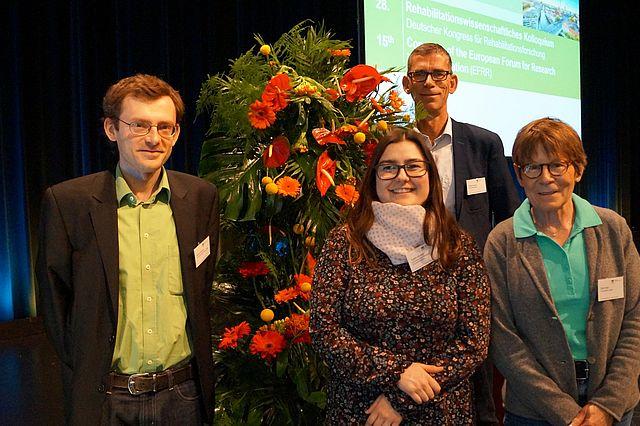 Preisverleihung: v.l.: Prof. Dr. Patrick Brzoska (UW/H), Tugba Aksakal (UW/H und Uni Bielefeld), Prof. Dr. Oliver Razum (Uni Bielefeld), Prof. Dr. Ruth Deck (Uni zu Lübeck)