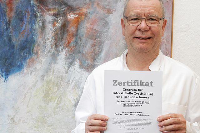 Prof. Dr. Andreas Wiedemann mit dem Zertifikat für das Zentrum für Interstitielle Zystitis