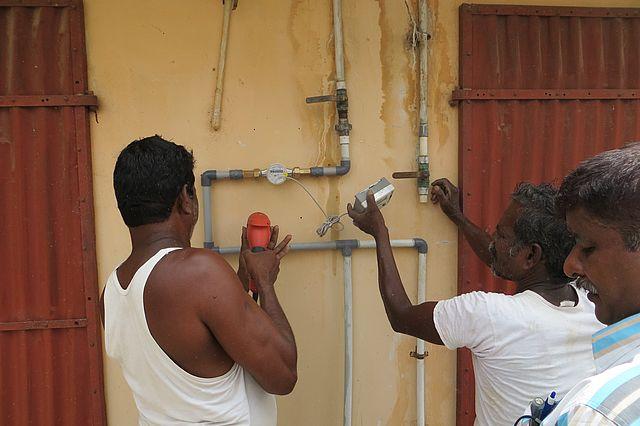 Installation eines Wasserzählers an einer Versorgungsleitung, um den Wasserbedarf bzw. -verbrauch zu ermitteln. Foto: Mastaller