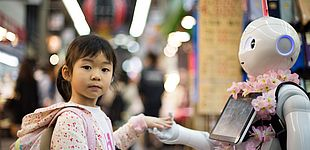 Mädchen trifft Roboter