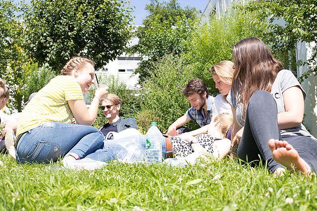 Studierende im Garten der UW/H