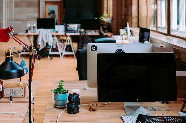 Leere Büroräume in Zeiten des Home Office