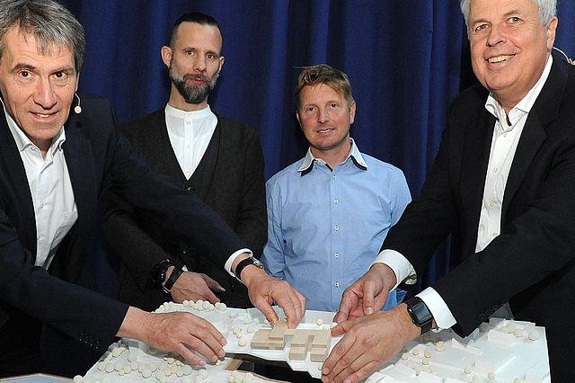 Mit dem Modell des Neubaus (v.l.n.r.): Prof. Dr. Martin Butzlaff (Präsident der UW/H), Markus Lager (Architekturbüro Kaden+Lager GmbH), Anders Übelhack (ZÜBLIN Timber GmbH), Jan-Peter Nonnenkamp (Kanzler der UW/H)