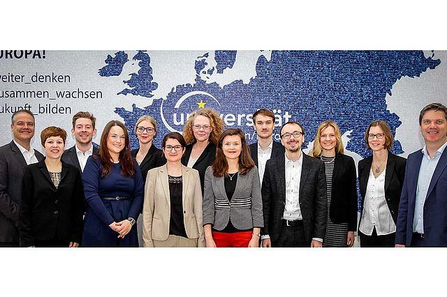 Das Bild zeigt die Zentrumsleiter Christian Geßner und Axel Kölle mit ihrem Team