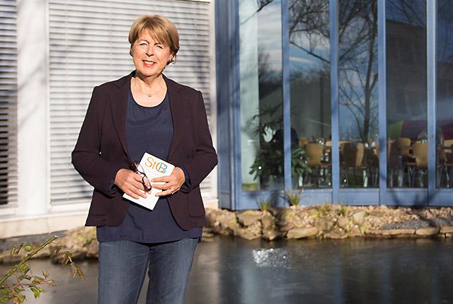 Brigitte Koppenhöfer, ehemalige Richterin und Lehrbeauftragte der Fakultäten für Wirtschaftswissenschaft und Kulturreflexion, berichtet über engagierte Studierende und ihre Rolle bei den Auswahlgesprächen.