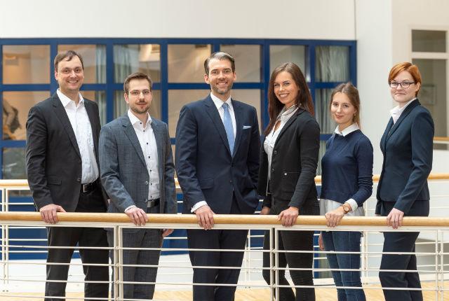 Lehrstuhlinhaber Professor Dr. Erik Strauß und sein Team